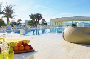 Escapada única de lujo y relax: alojamiento, desayuno, comida o cena, spa y tratamientos en Augusta Spa Resort**** Superior.