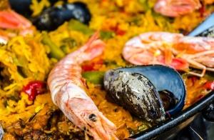 Exquisito menú:  Arroz con marisco, atado de grelos con langostinos y filloas rellenas de bacalao