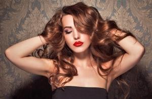 Lavar y peinar con reconstructor ¡Dale un toque de luz a tu pelo!