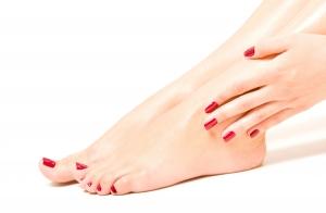 Pedicura express con pulido de pies, esmaltado de uñas e hidratación con karité