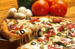 Pizza mediana, nachos, bebida y más para 2 o 4
