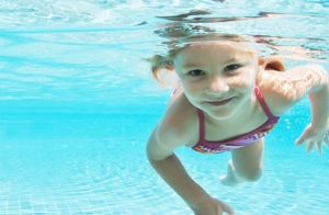 Clases de natación para niños de 3 a 14 años durante el mes de julio
